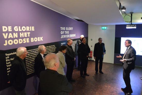 Kardinaal Eijk en andere gedelegeerden van de Nederlandse Bisschoppenconferentie bezoeken het Joods Historisch Museum, 5 januari 2017. Foto: Dagvanhetjodendom.nl