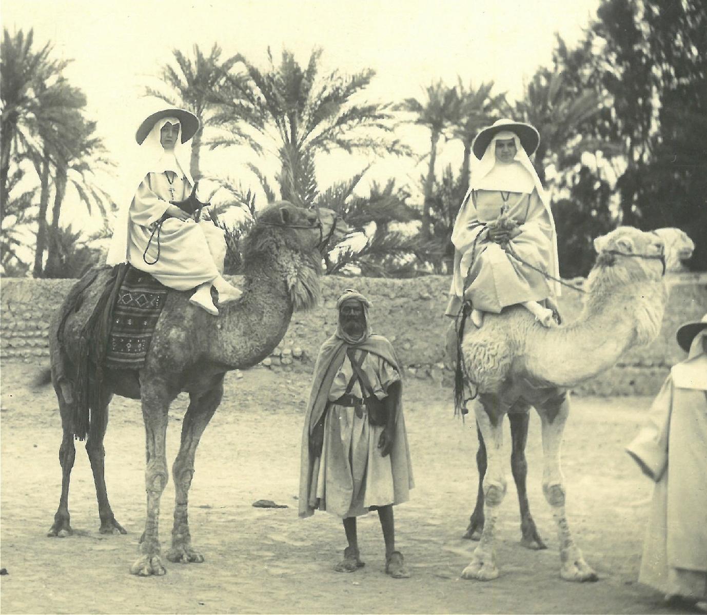 Twee Witte zusters op kamelen