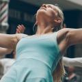 Dansende vrouw, voorbeden