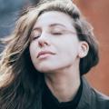 Vrouw met haar ogen dicht, genietend, aanvaard