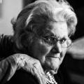 Twee oude vrouwen in zwart wit, dankbaar voor het leven