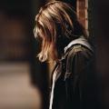 Bidden in moeilijke omstandigheden, meisje in donker