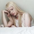 Seks, vrouw rand bed, teneergeslagen