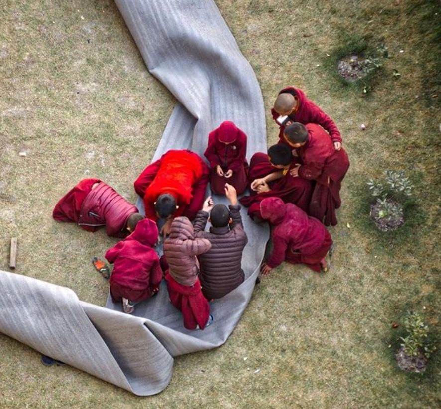 Jonge monniken aan het spelen